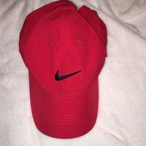 RED NIKE BASEBALL CAP